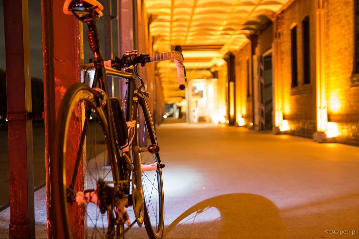 赤レンガ倉庫とロードバイク