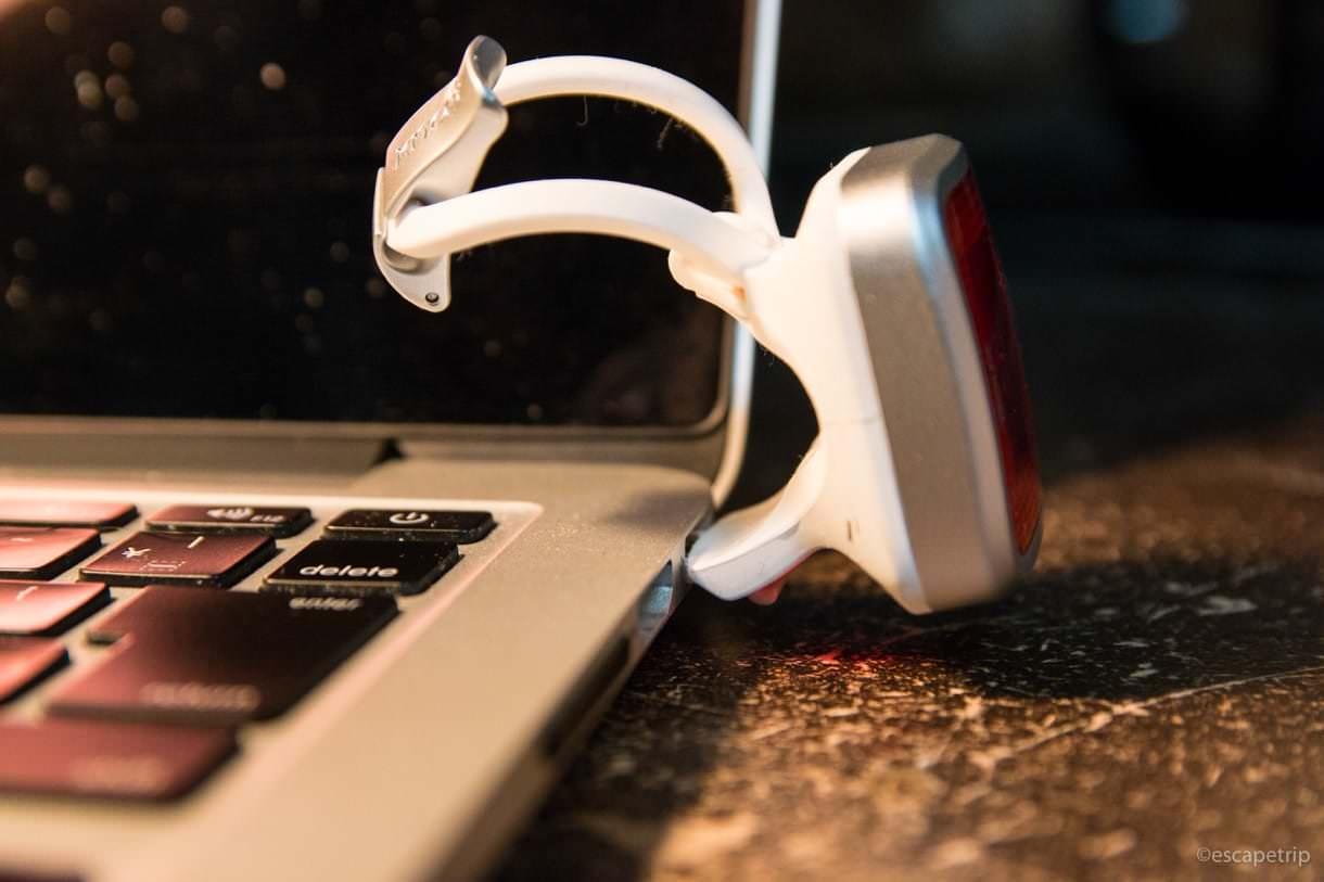 USB端子を挿して充電