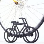 これはいいデザイン。タイヤを挟んで自立させる「自転車型の自転車スタンド」がかわいい