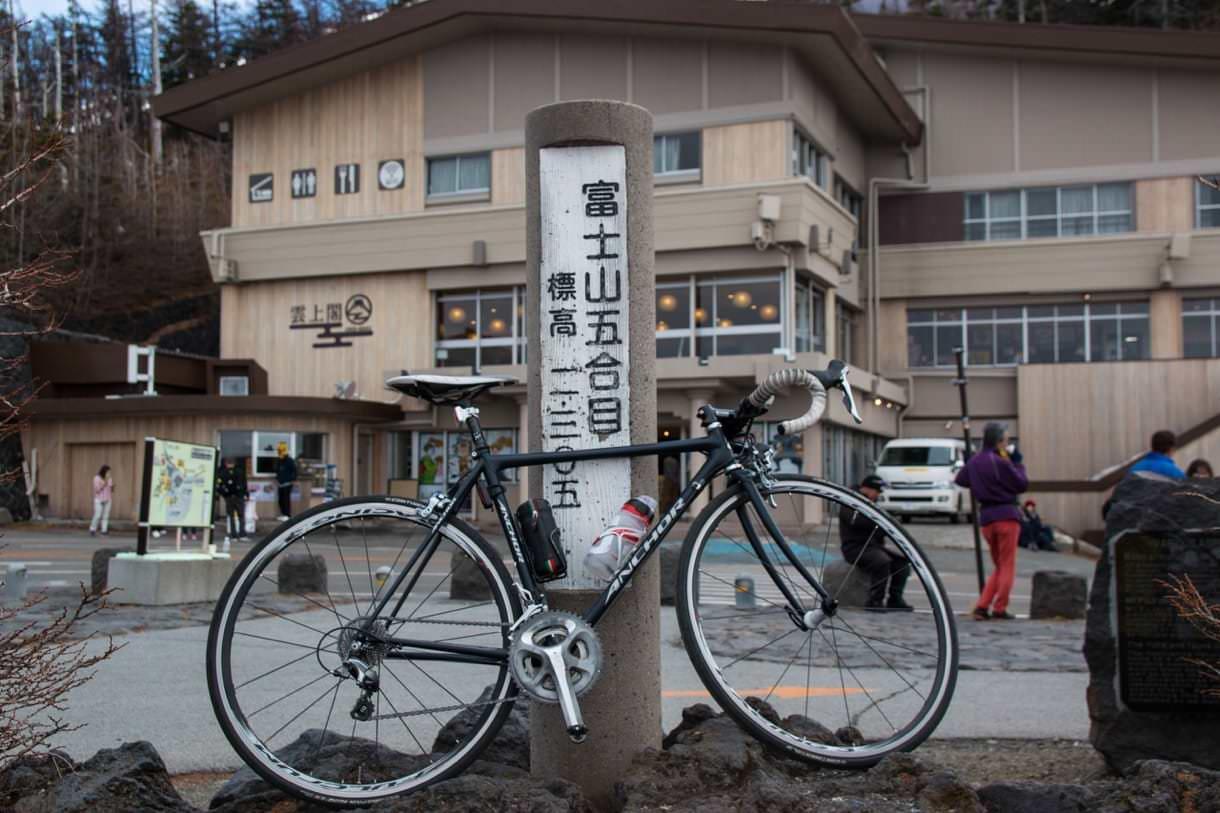 富士山五合目の標識とロードバイク