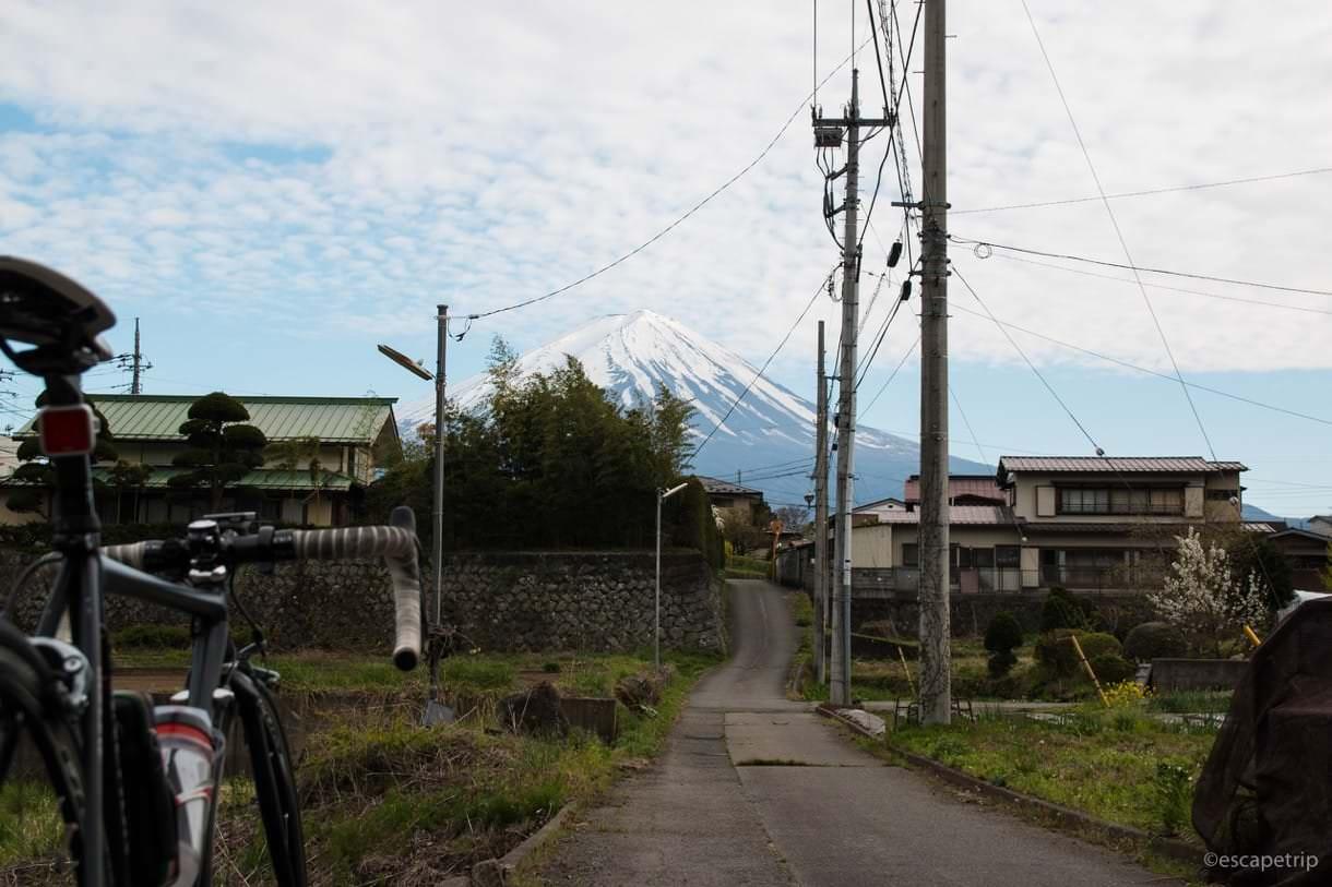 ロードバイクと富士山に続く道