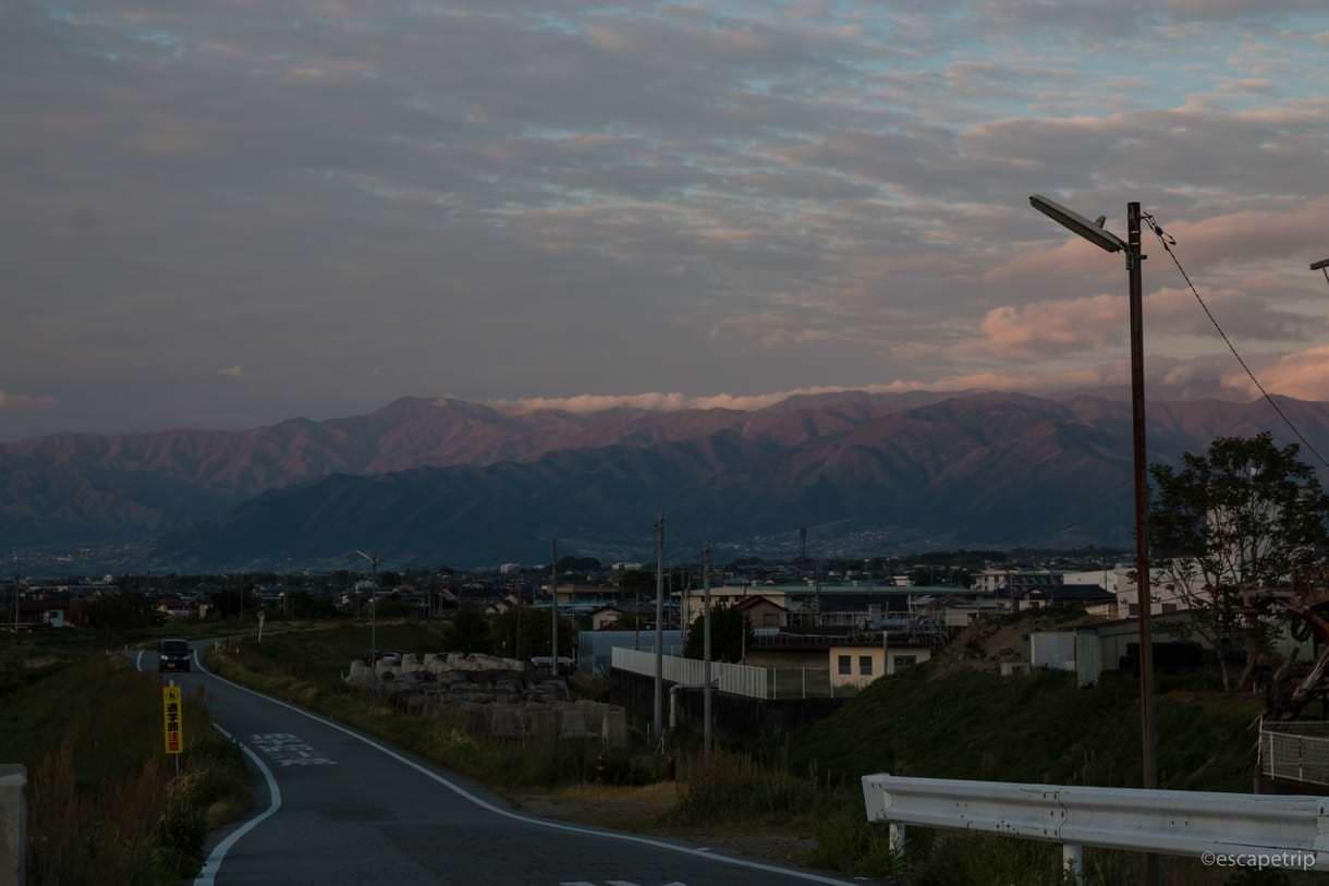 夕日を反射する山