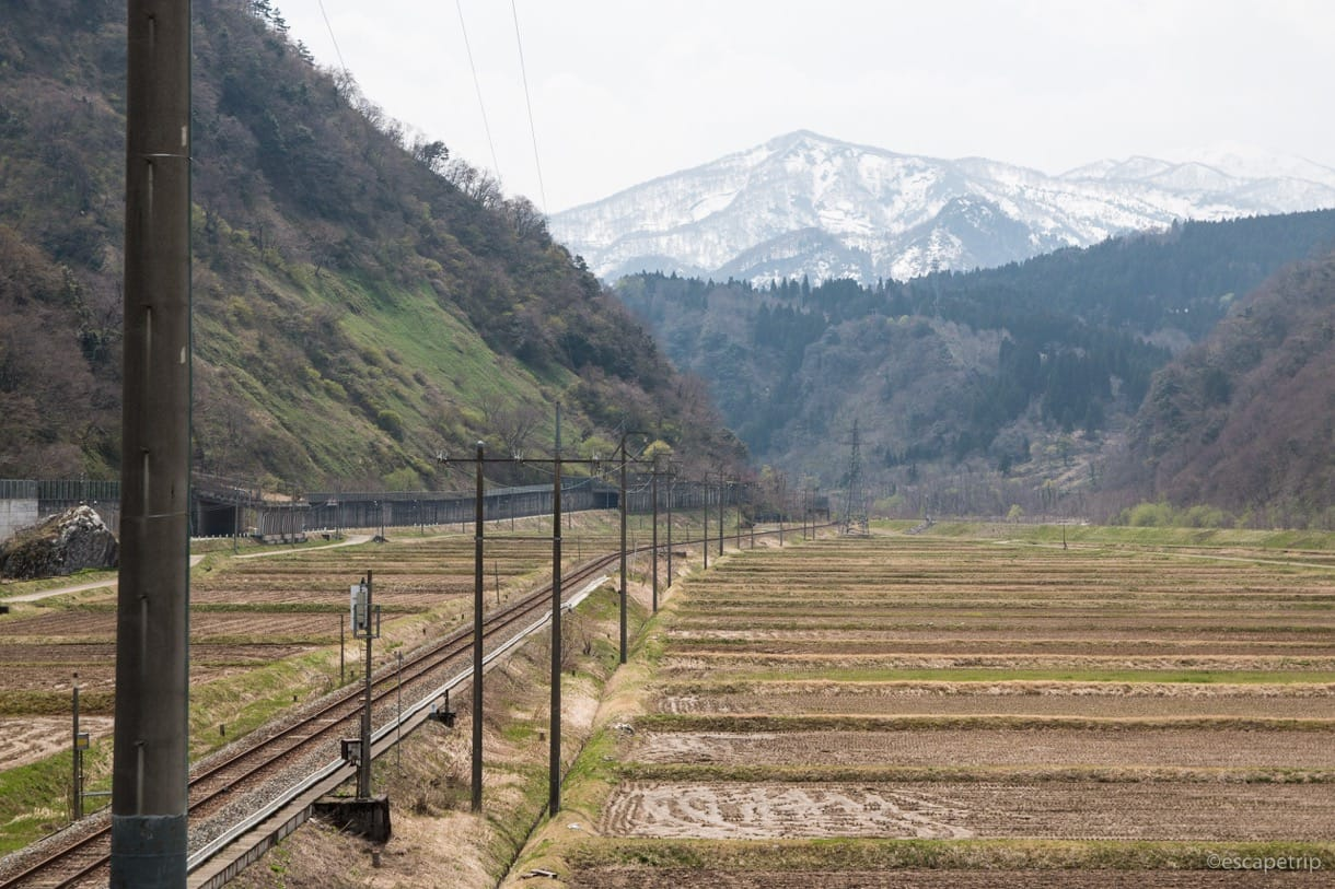 伸びる線路とアルプス