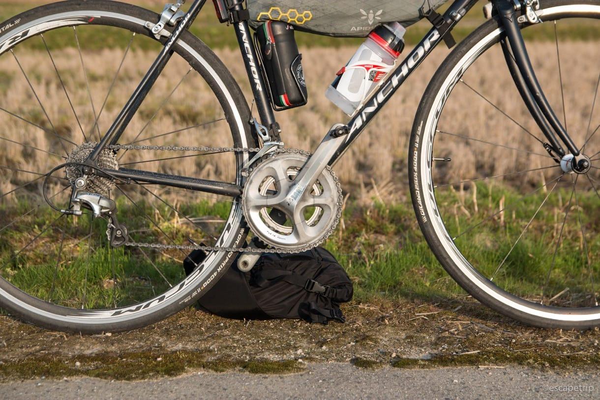 サドルバッグで自立するロードバイク