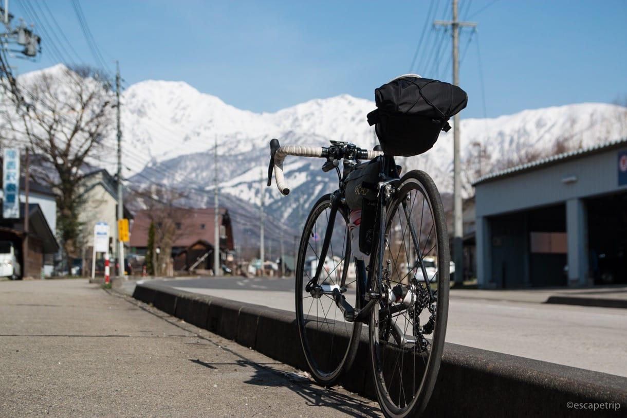 快晴の北アルプスとロードバイク