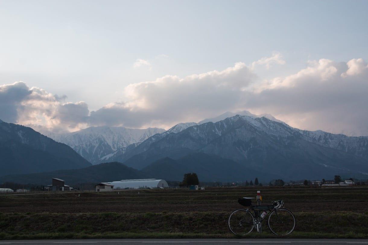 雪化粧の山とロードバイク