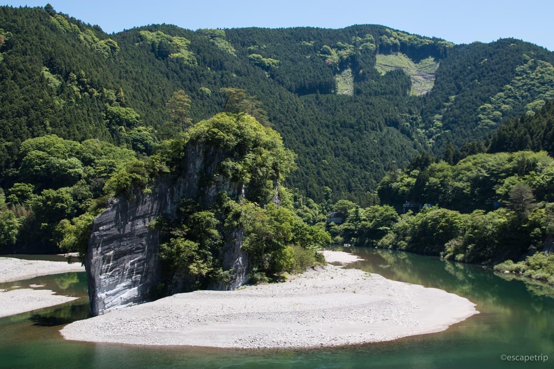 川の中洲の巨大岩