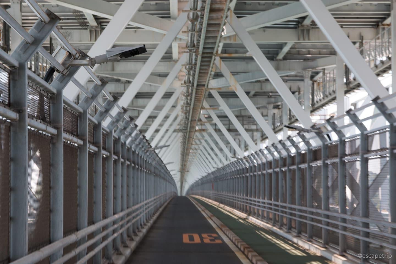 自転車道は橋の階下