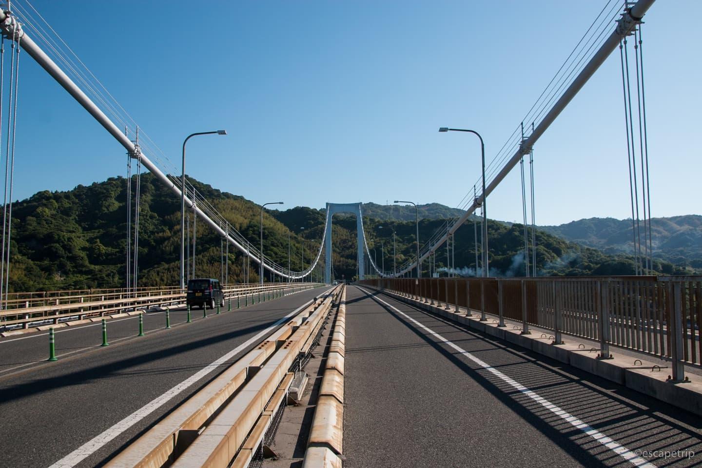 自転車で橋の上を通る