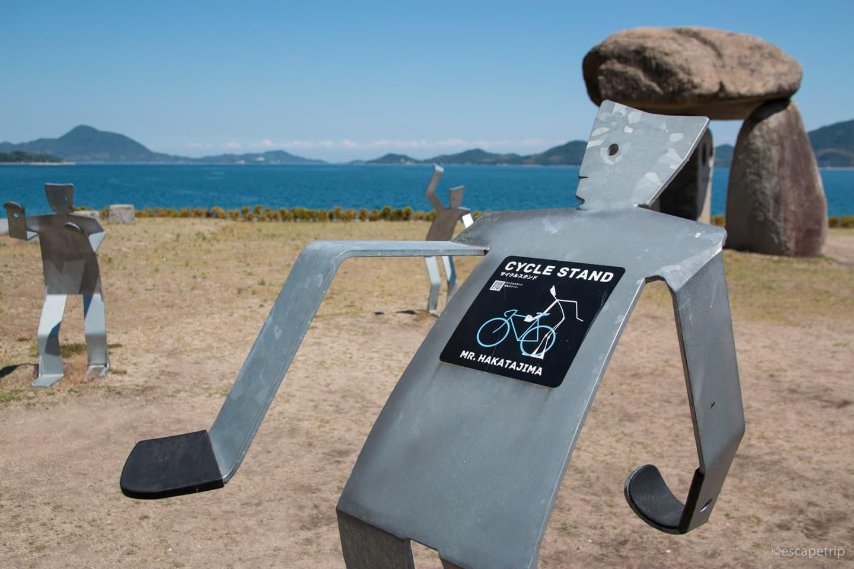 しまなみ海道にある人型の自転車スタンド