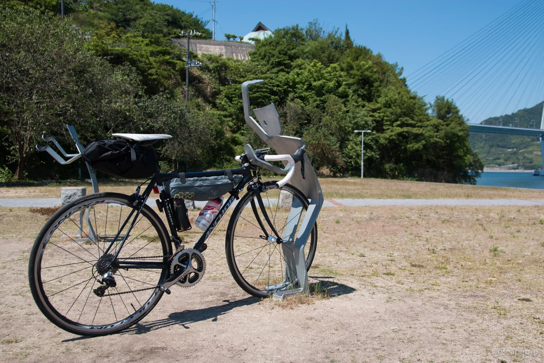 人型の自転車スタンドに自転車を設置