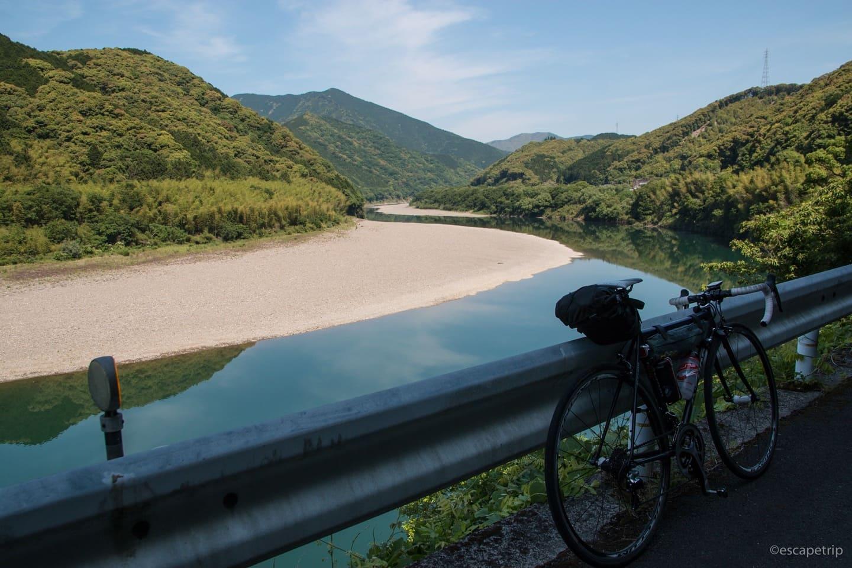 四万十川とロードバイク