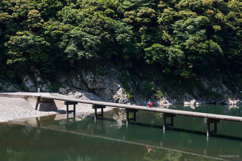 沈下橋を通る郵便屋さん