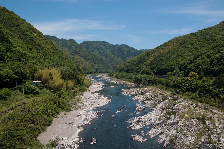 山あいを流れる四万十川