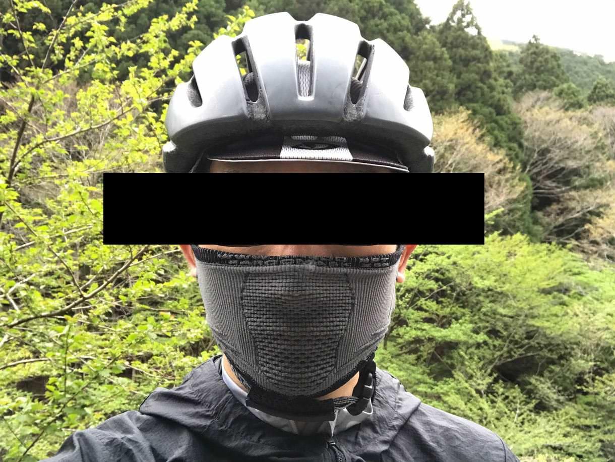 スポーツ用マスクを鼻まで引っ張り上げた図