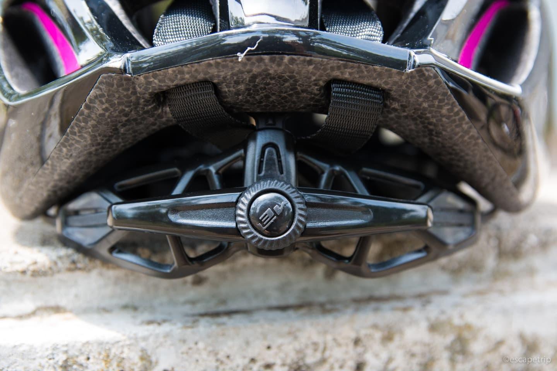 ヘルメット後頭部のダイヤル