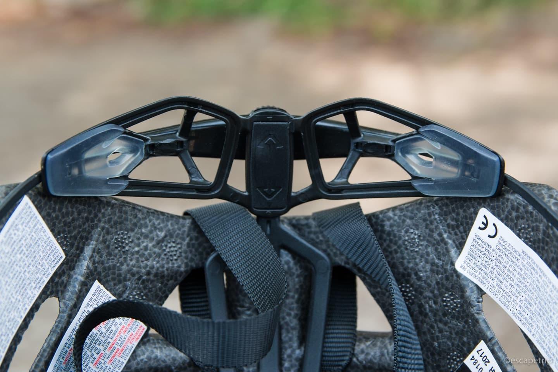 ヘルメットの調整ダイアル