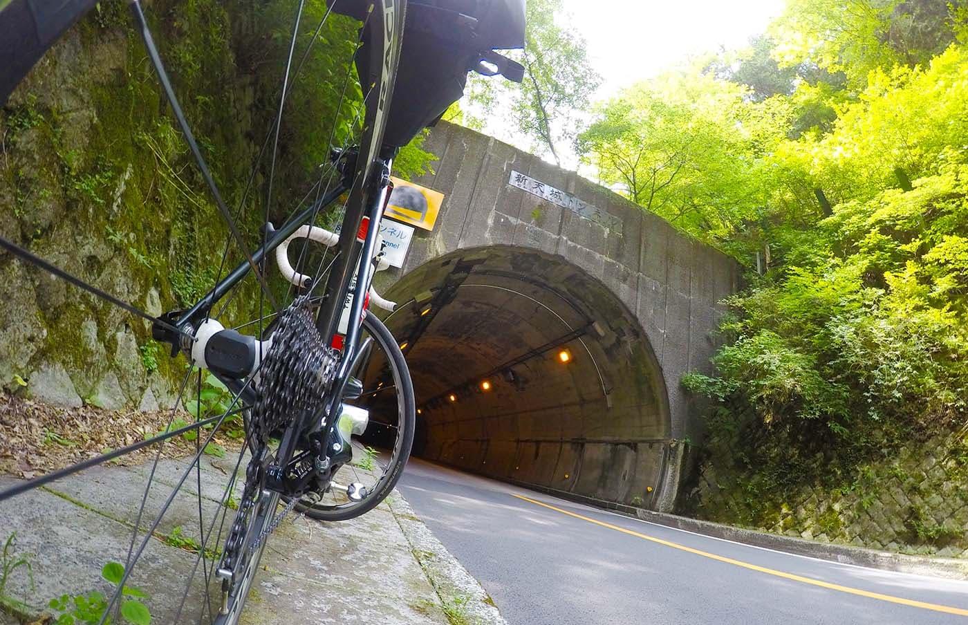 天城トンネルとロードバイク