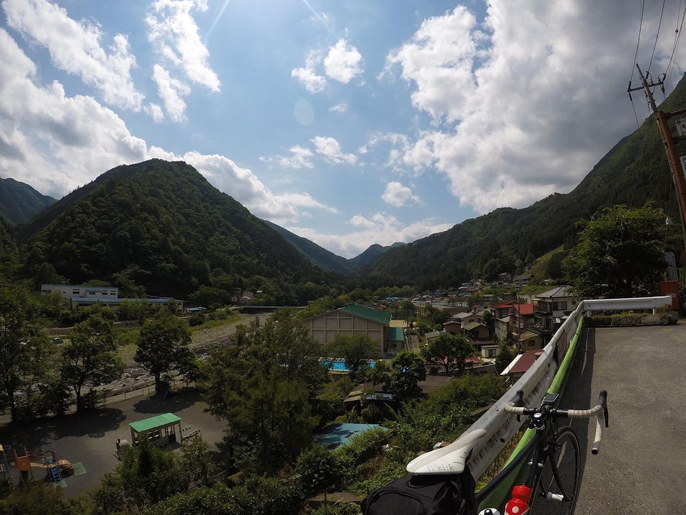 山とロードバイクを広角レンズで撮影