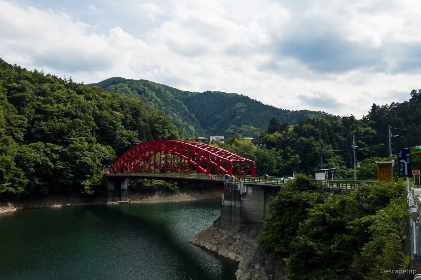 奥多摩湖と赤い鉄橋