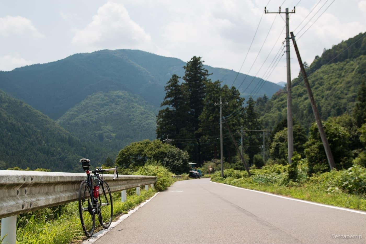 山をバックにロードバイクを撮る