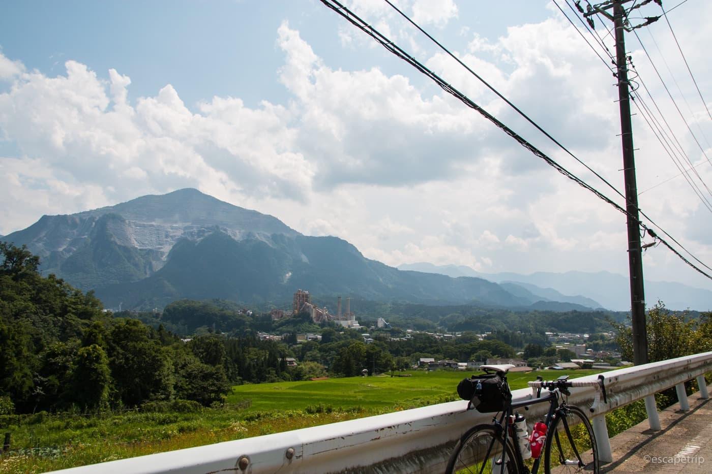 夏の空と田んぼとロードバイク