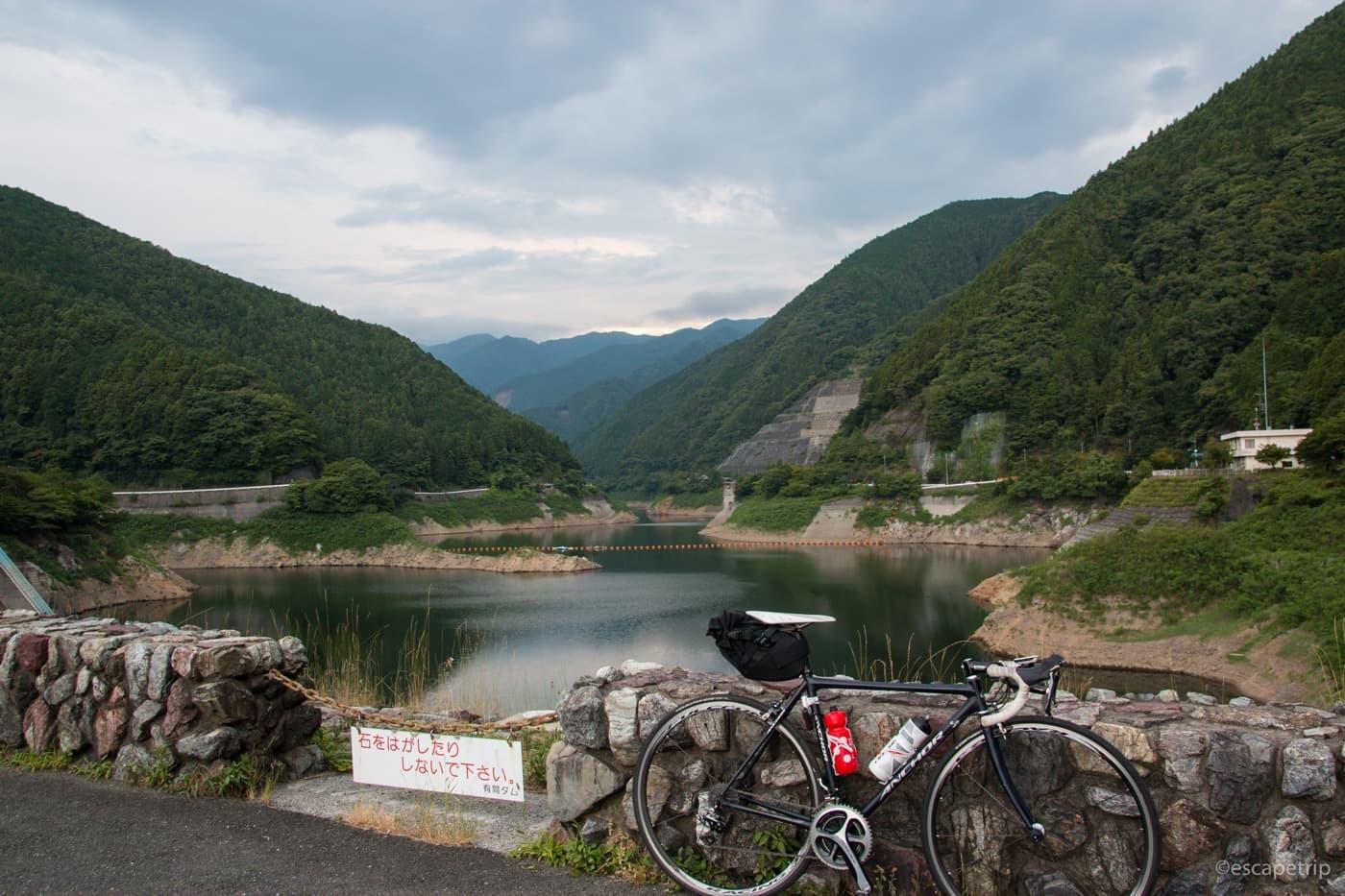 有間ダムとロードバイク