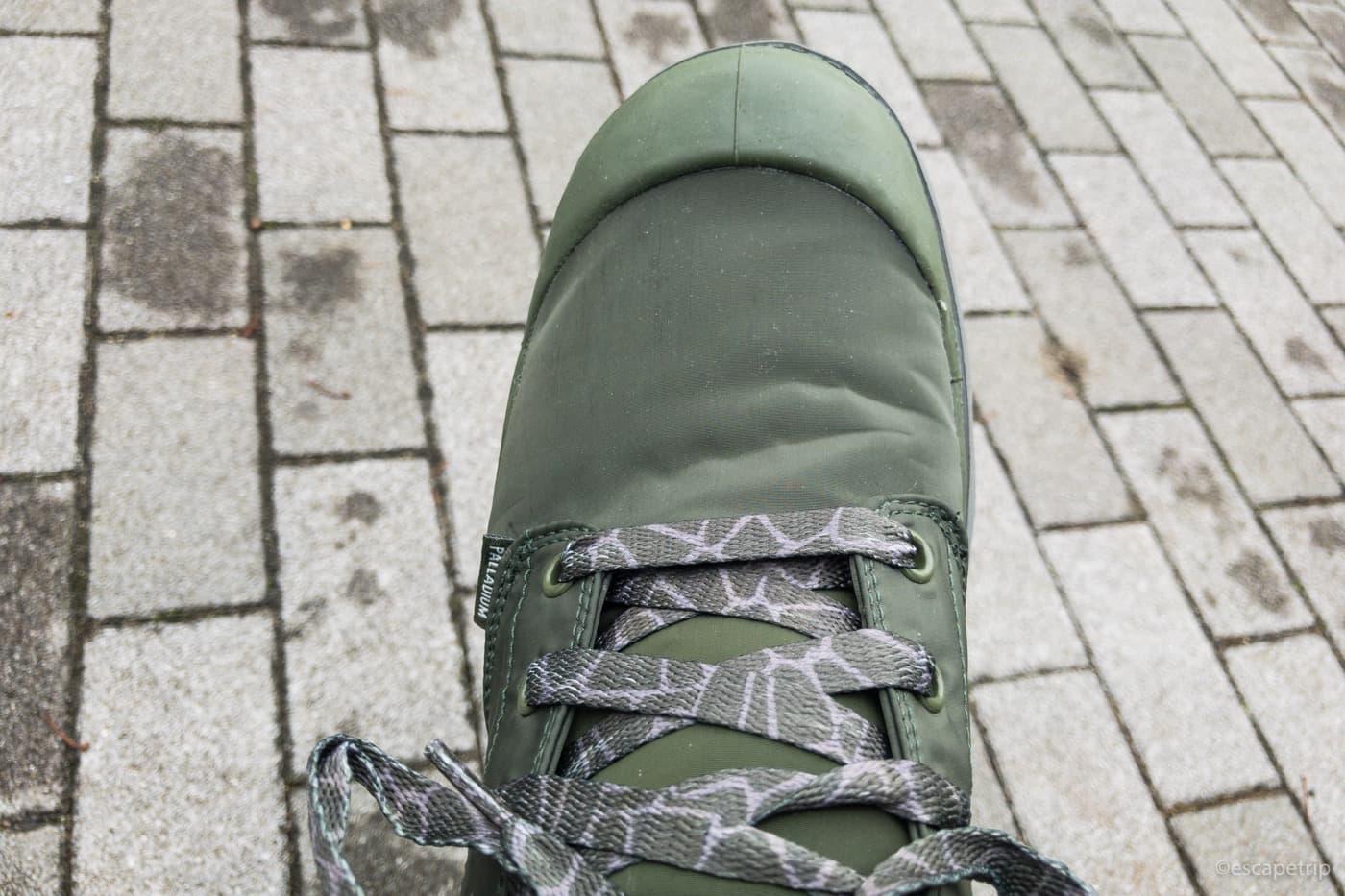 カモフラ柄の靴ひもが付属