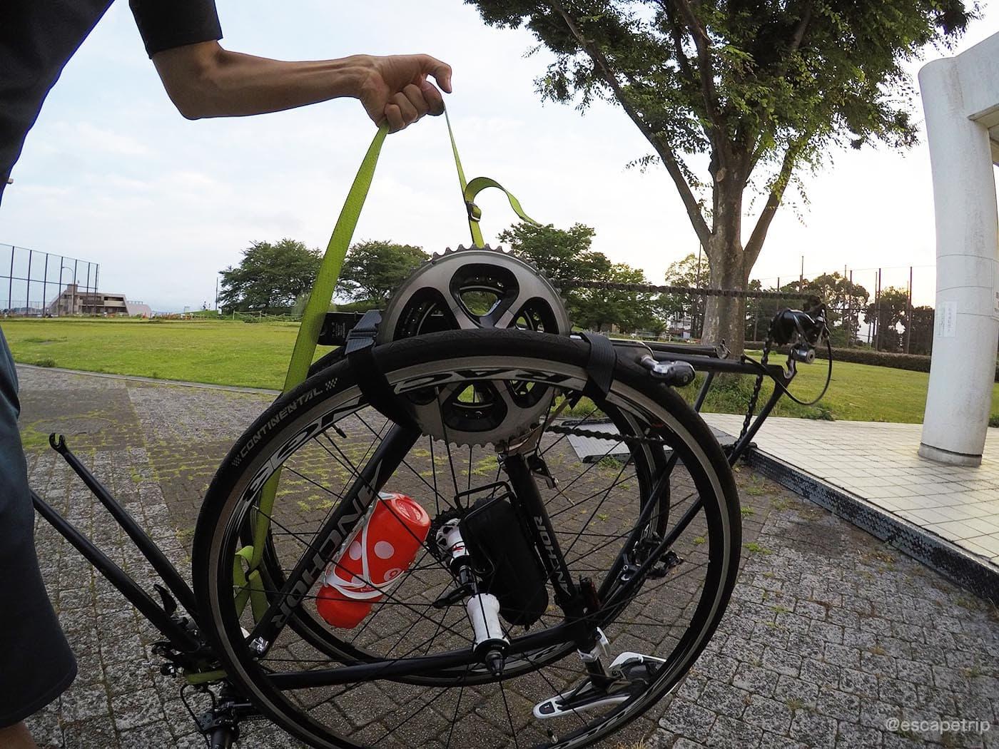 輪行状態に固定されたロードバイク