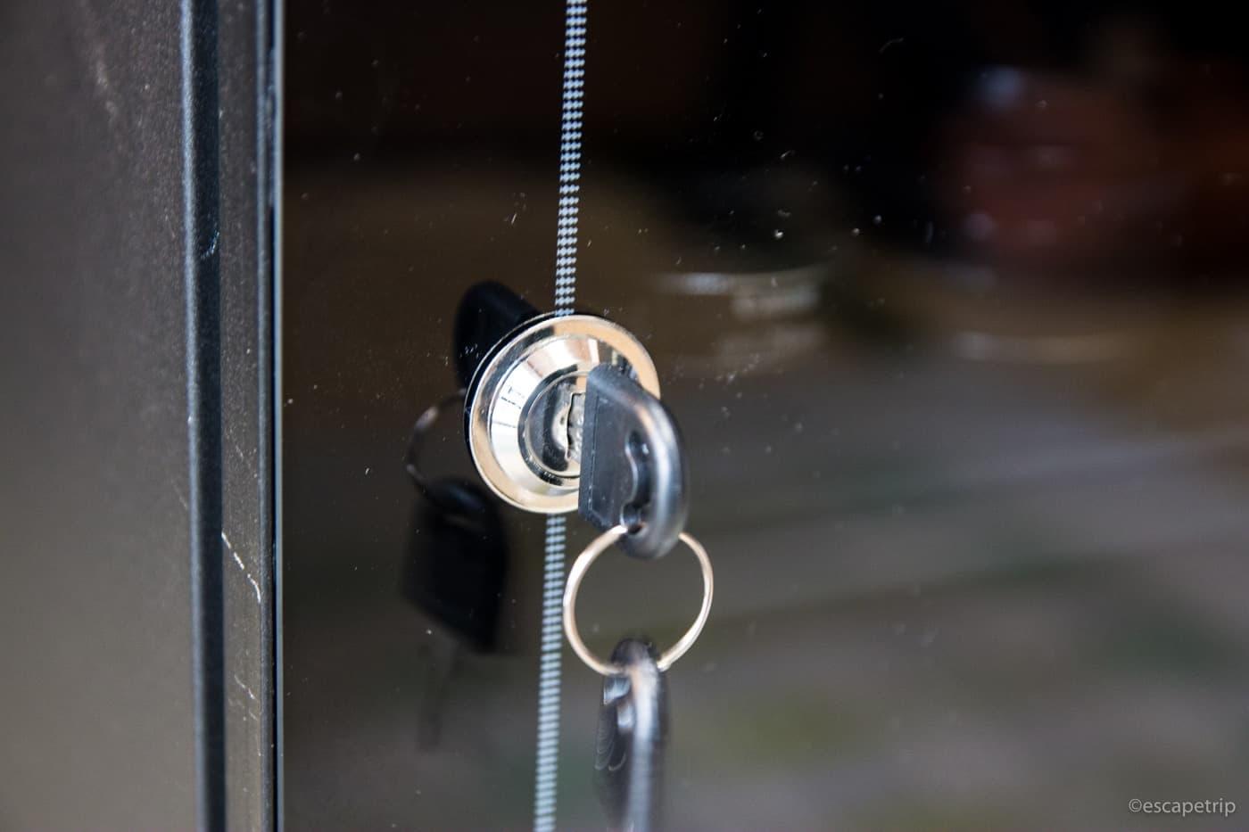 ドアは鍵付き