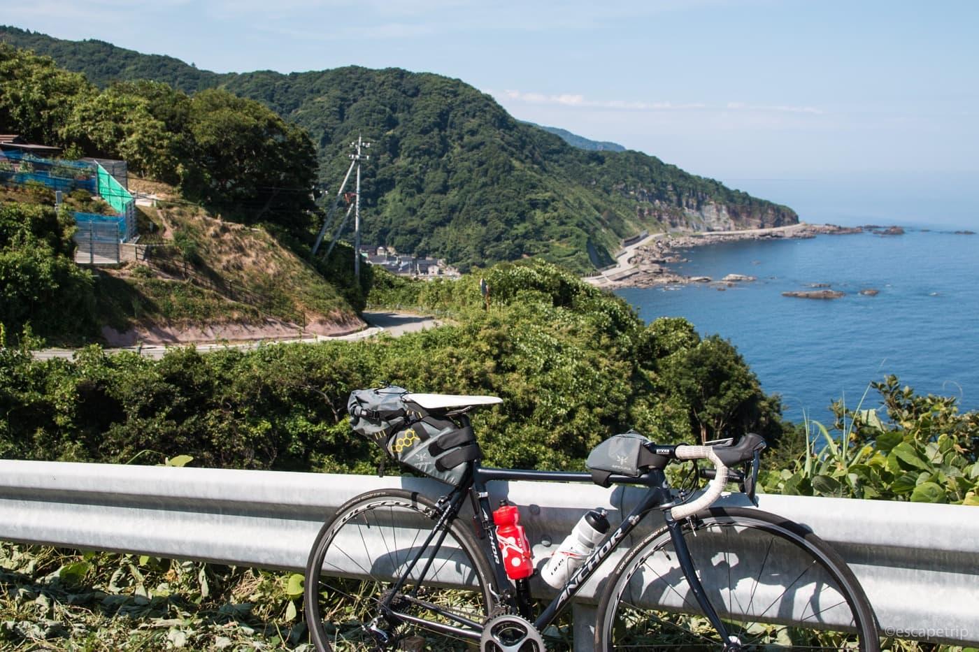 ロードバイクと海岸線