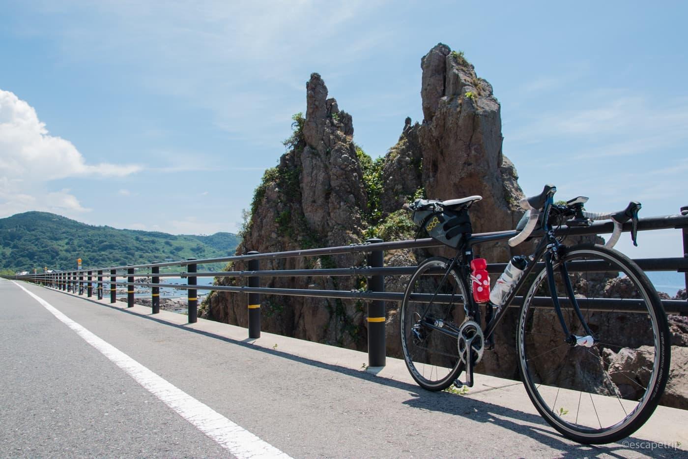 奇岩とロードバイク