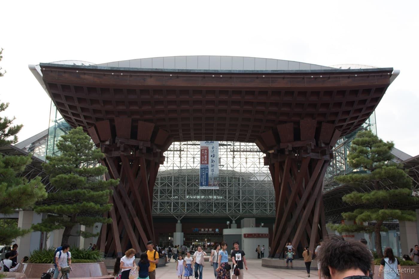 金沢駅を正面から見たところ