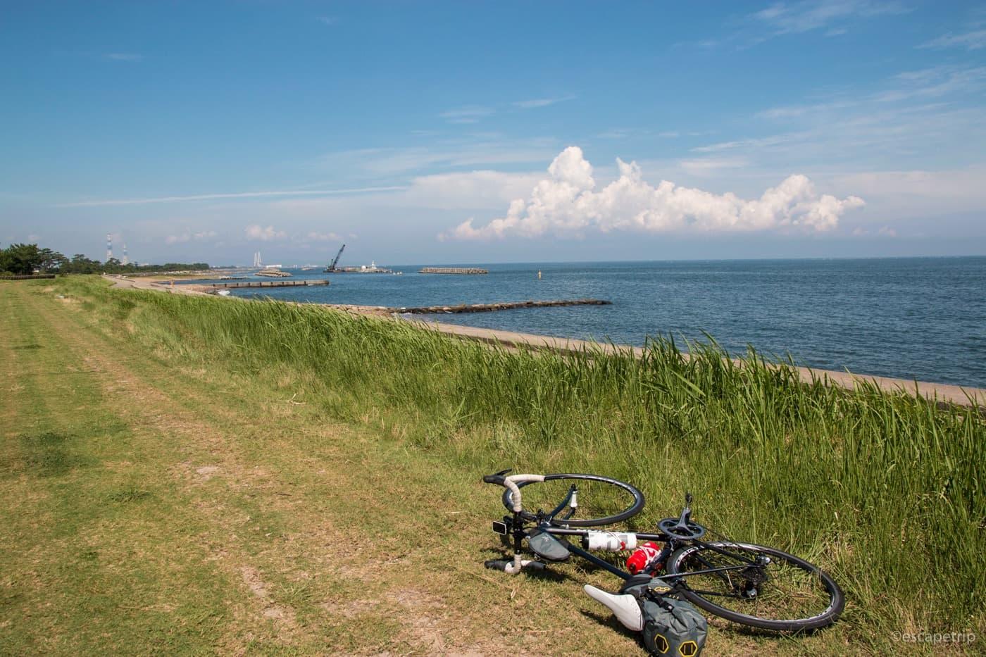 海と入道雲とロードバイク