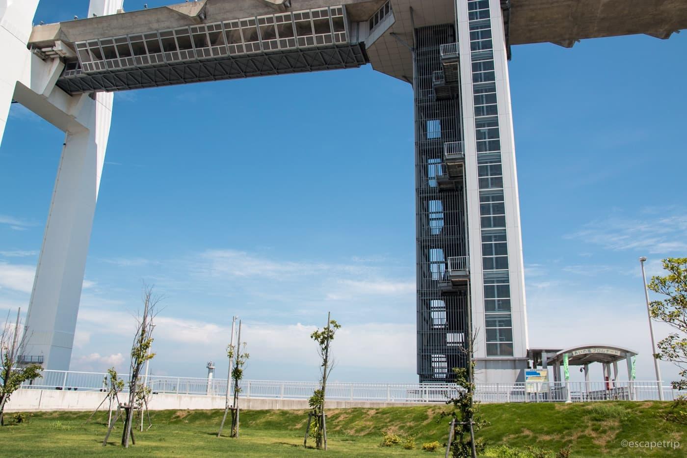 エレベーターで橋に上がる