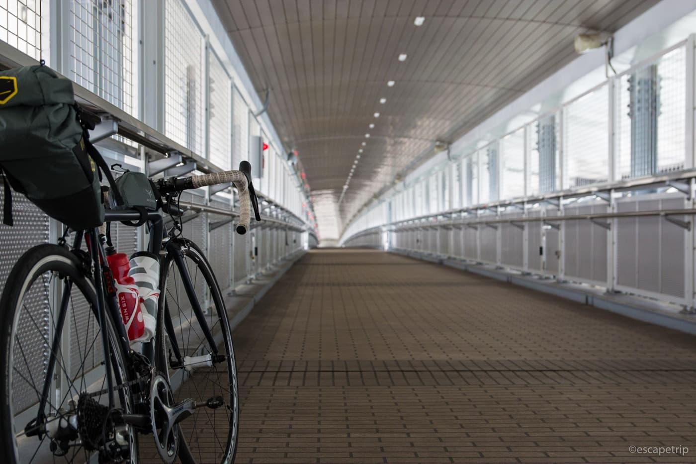 新湊大橋の自転車歩行者道