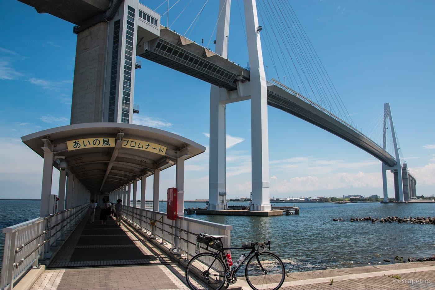 新湊大橋とロードバイク