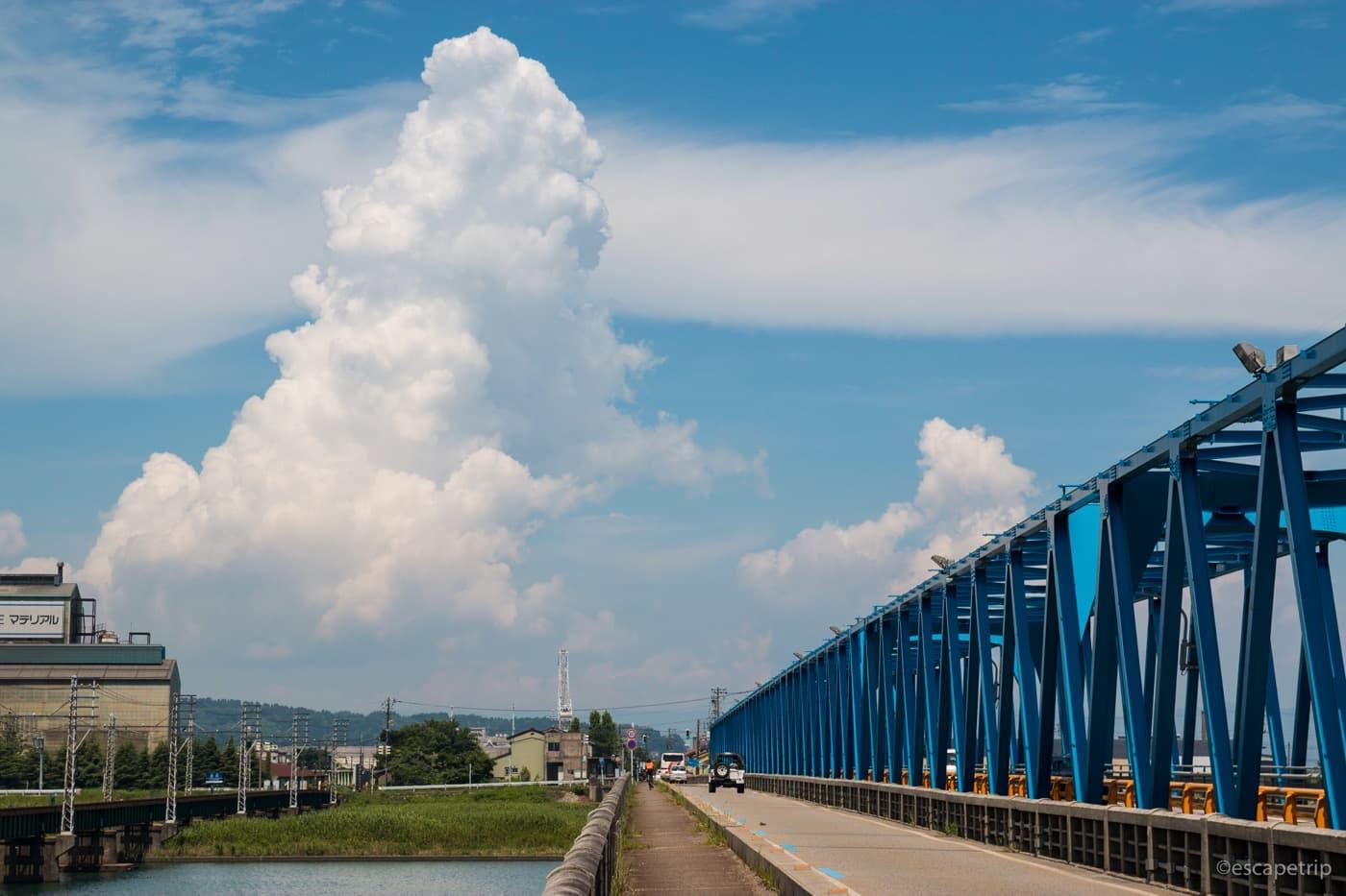 青い橋と入道雲