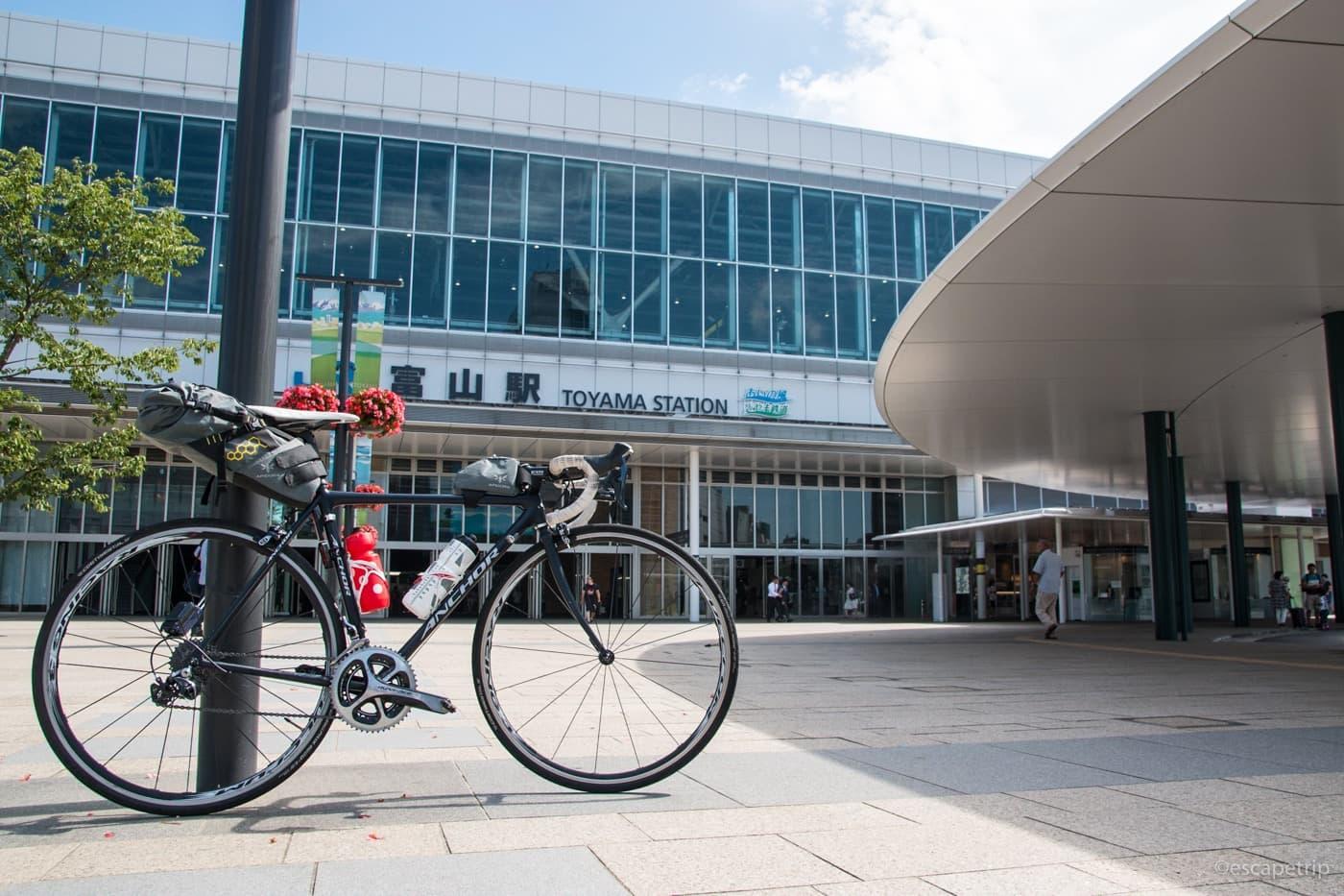 富山駅とロードバイク
