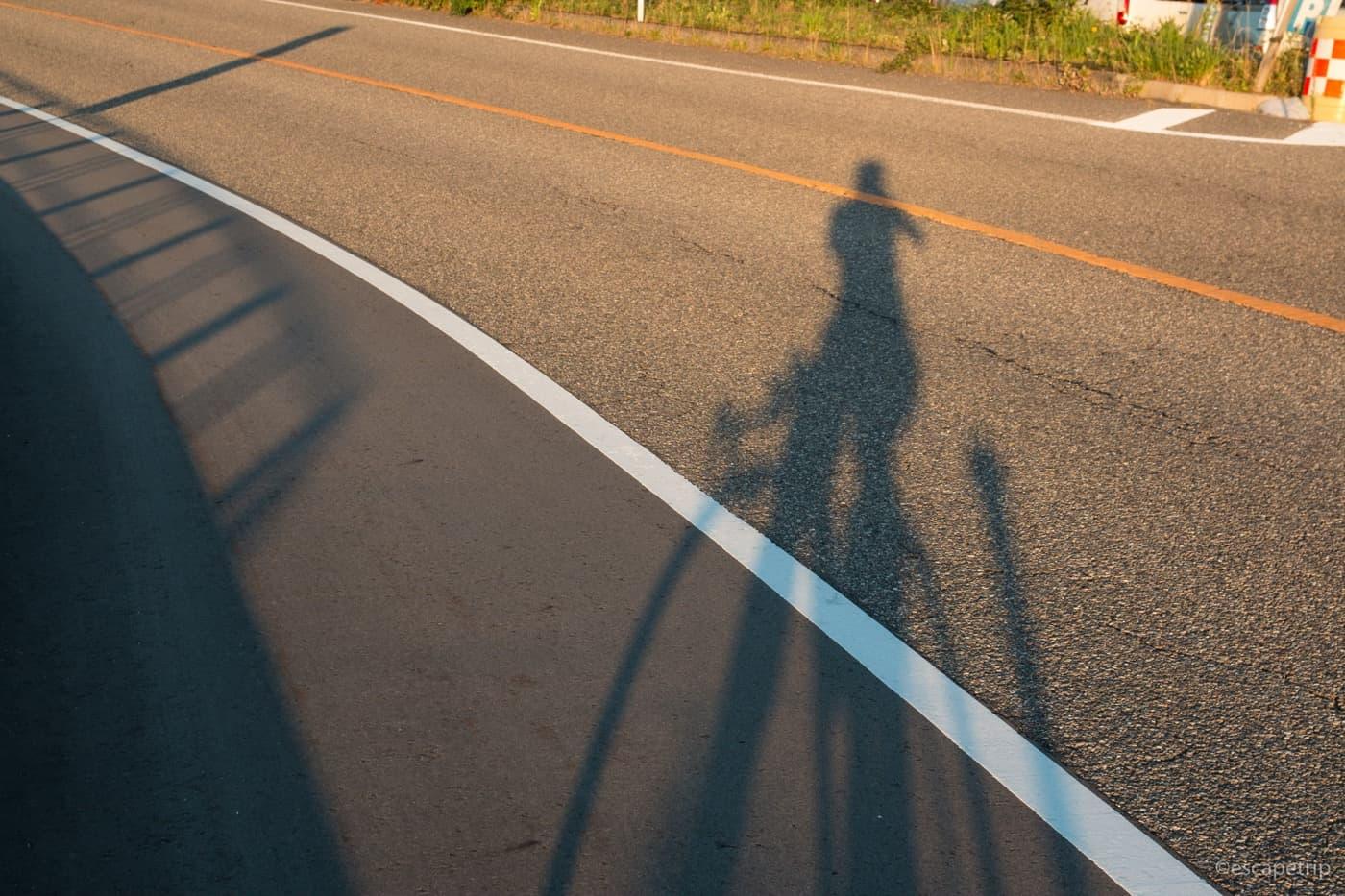 夏のロードバイクと影