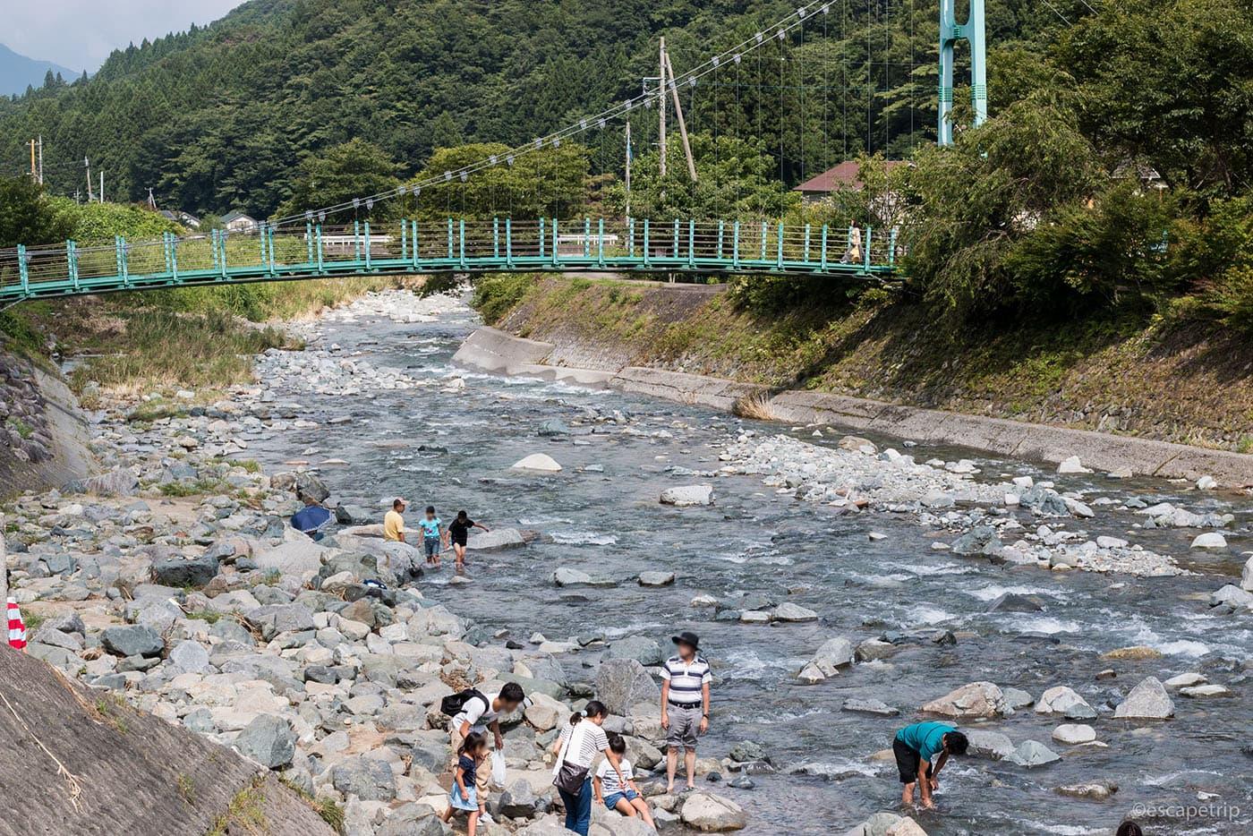 道志川で水遊び