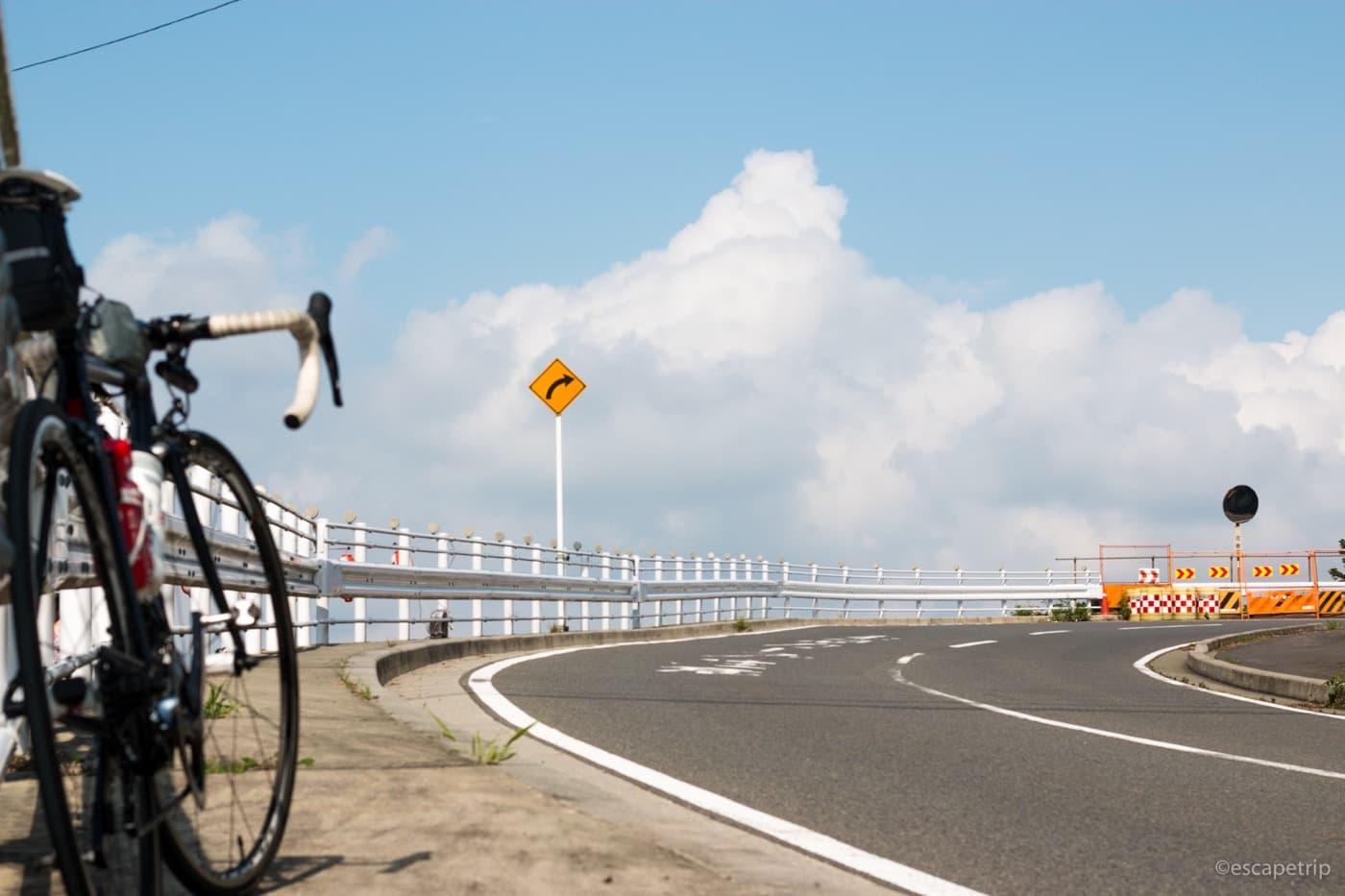 夏の雲とロードバイク