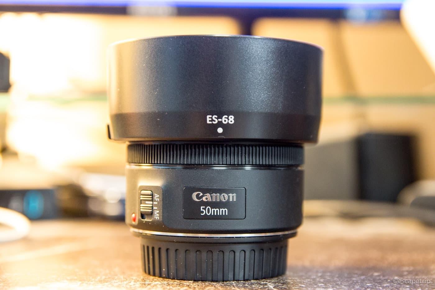 キヤノン50mm単焦点レンズにレンズフードを装着