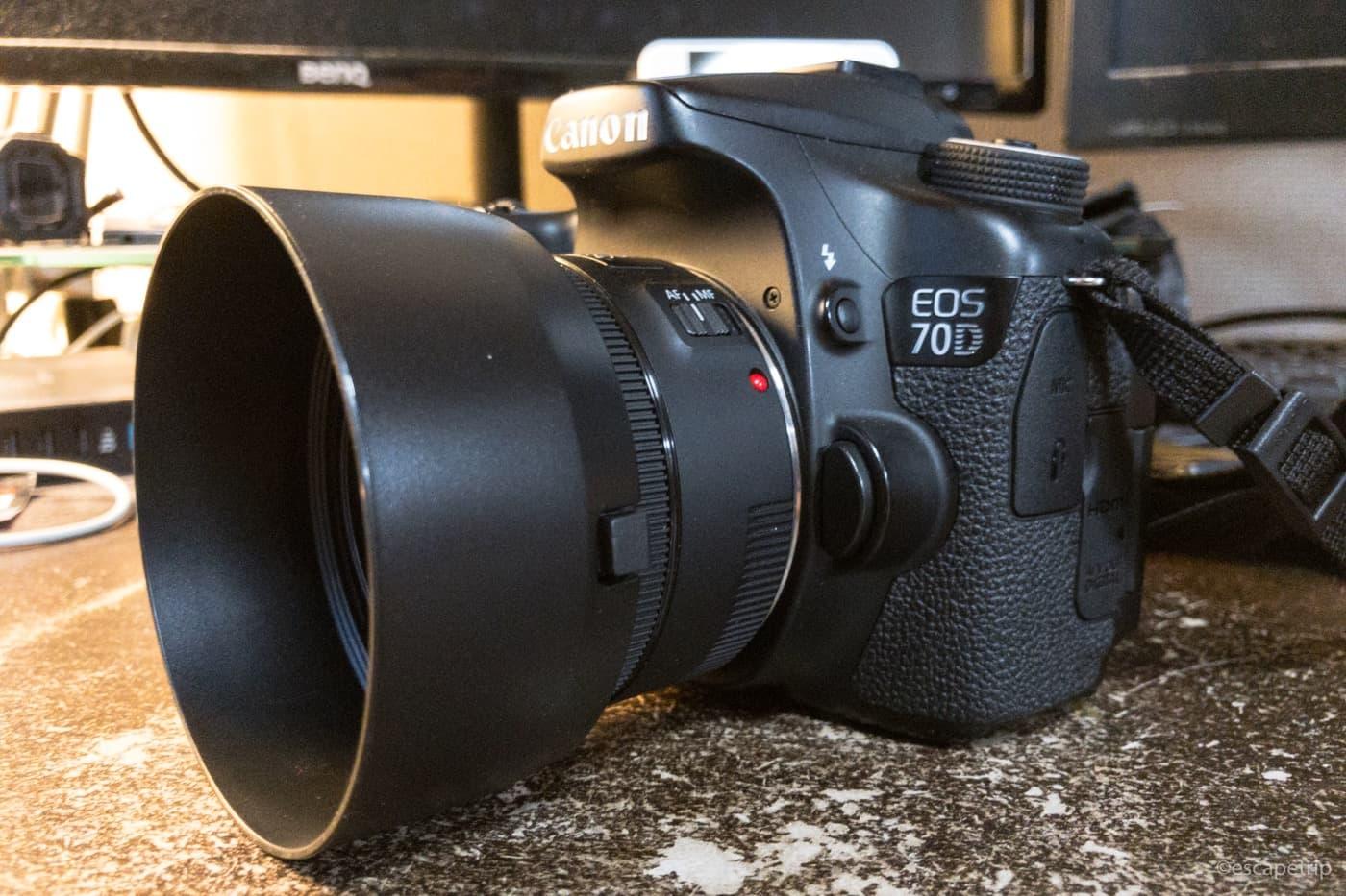 レンズフードを装着した50mmt単焦点レンズ