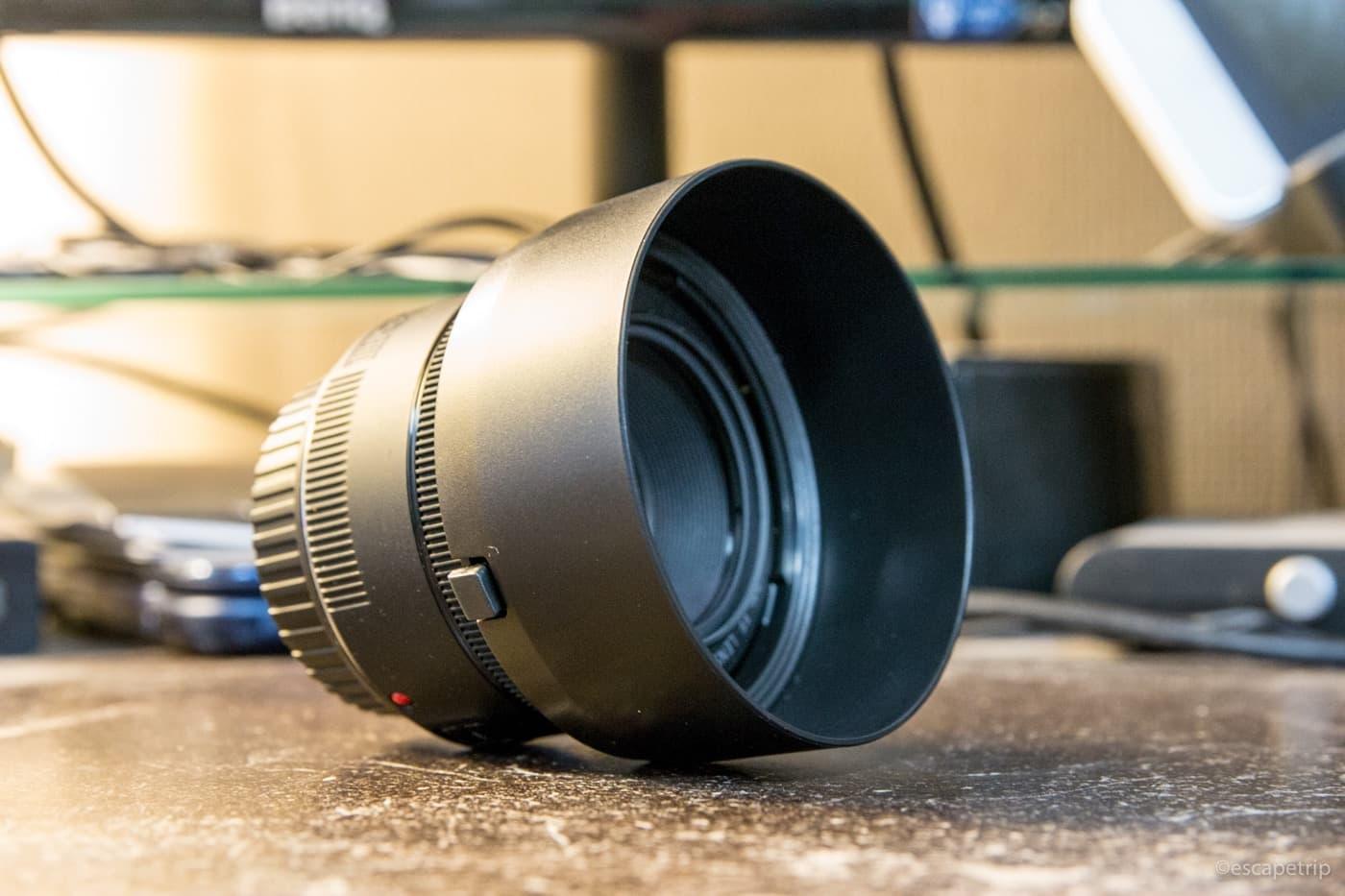 単焦点レンズに装着したレンズフード