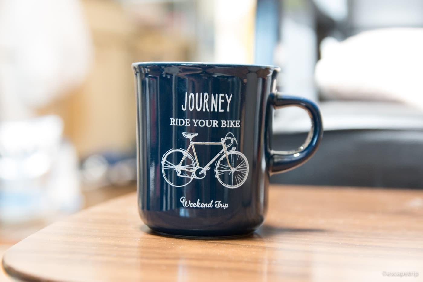 紺色の自転車柄のマグカップ