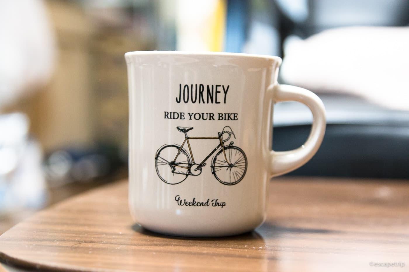 ベージュ色の自転車柄のマグカップ
