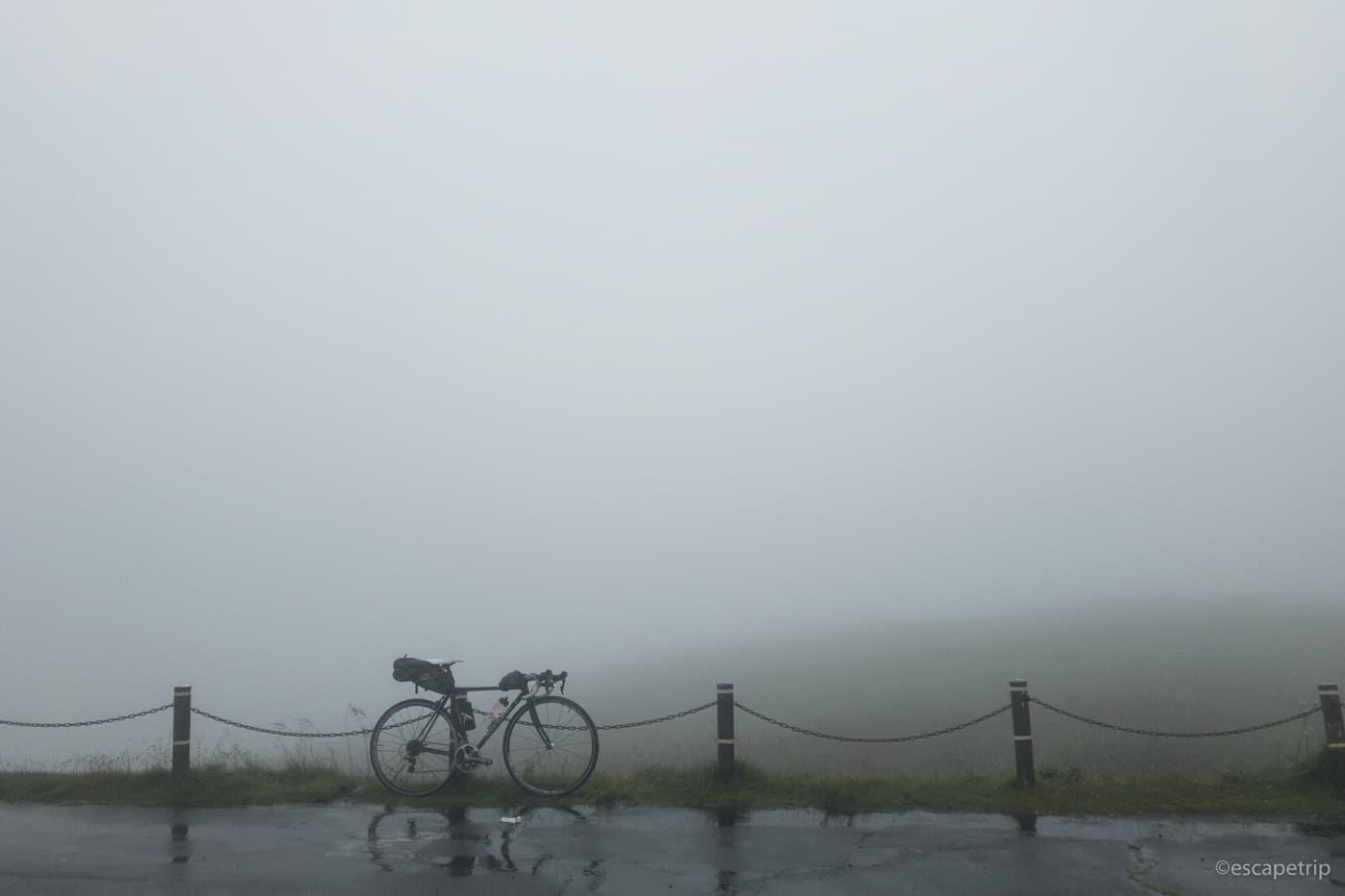 霧の霧ヶ峰高原とロードバイク