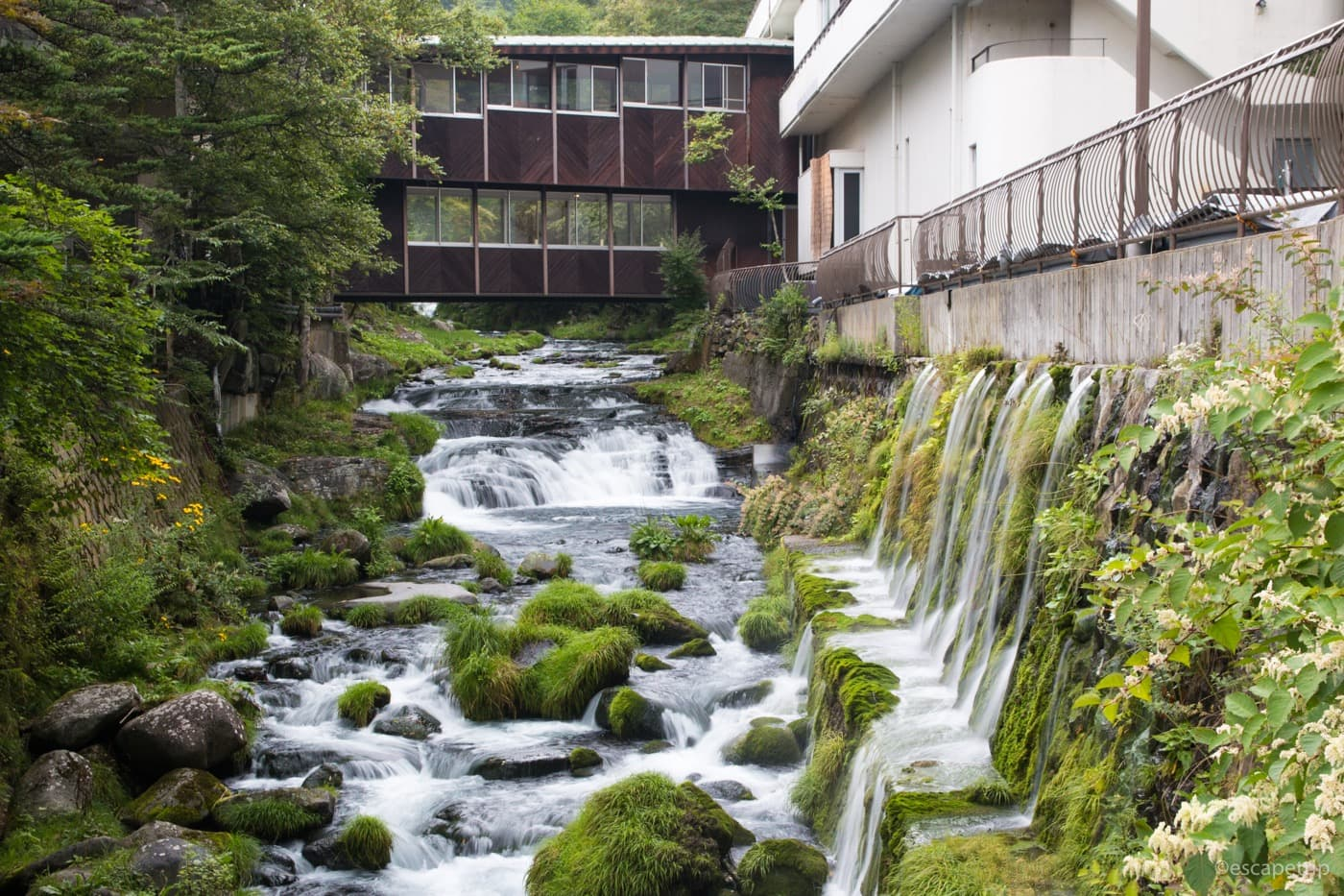 ホテル前の渓流