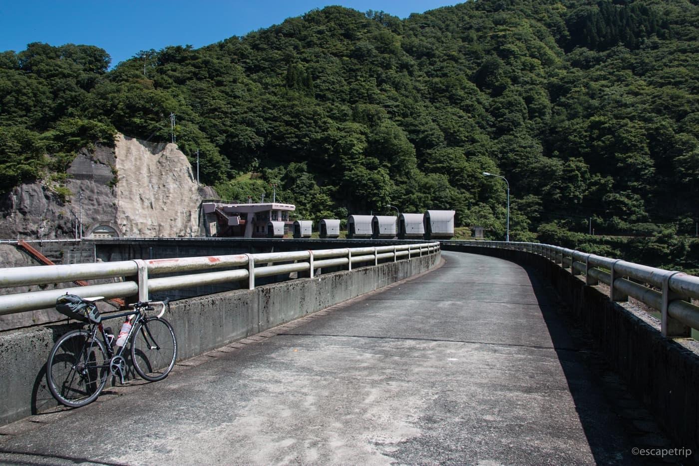 刀利ダムとロードバイク